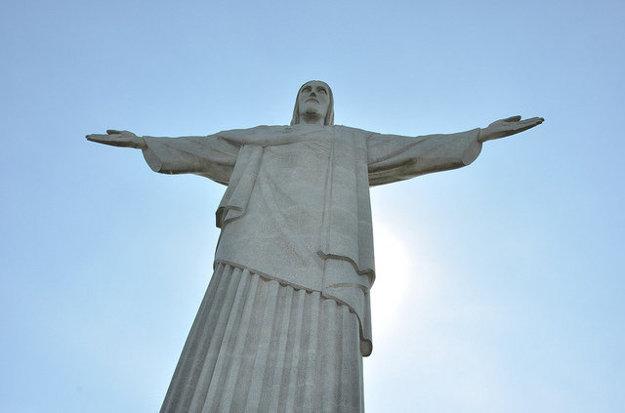 Socha Krista Vykupiteľa stojí vrchu Corcovado nad brazílskym Riom.