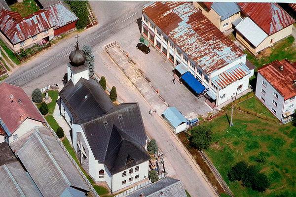 Strecha kultúrneho domu (vpravo s modrou strieškou) tento rok dostane novú krytinu.
