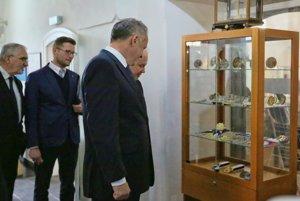 Prezident Kiska počas návštevy Mincovne.