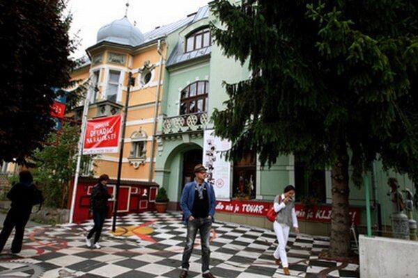 Bábkové divadlo na Rázcestí je v poradí už druhým bystrickým divadlom, ktorému nepodpísal Marián Kotleba projekt.