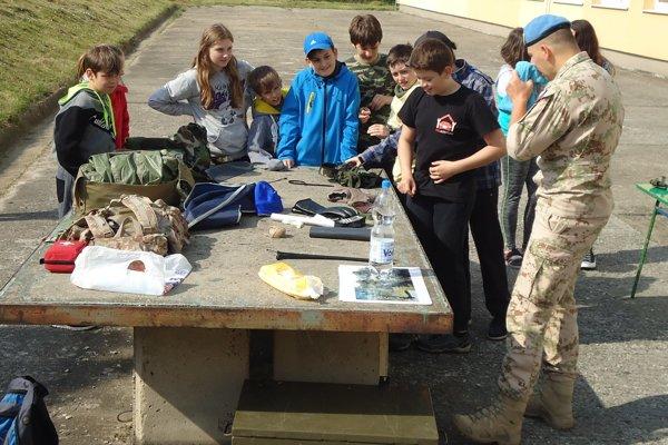 Branný deň školákom spestrili aj vojaci.