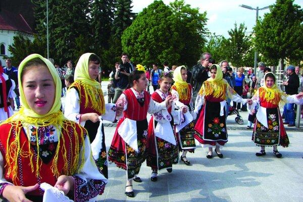 Námestie aj tento rok roztancujú deti z viacerých folklórnych súborov.