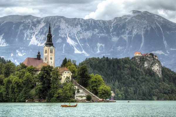 Mestečko a jazero Bled patria medzi obľúbené turistické destinácie v Slovinsku.