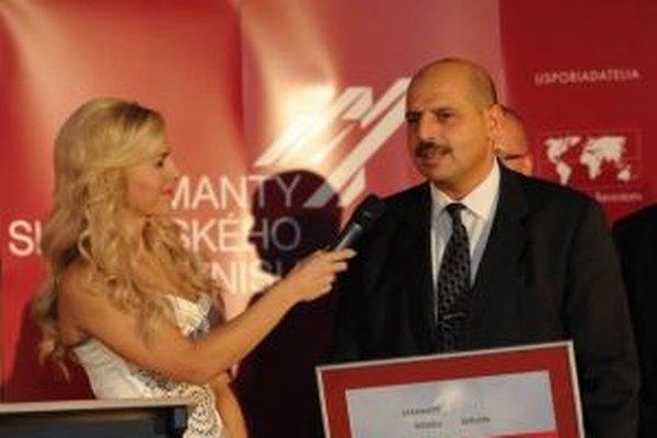 Artur Gevorkyan s moderátorkou Zlaticou Puškárovou pri preberaní ocenenia Diamanty slovenského biznisu