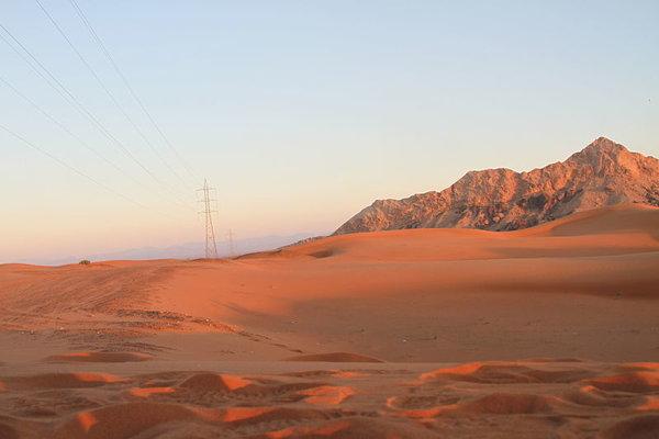 """Prirodzená hora """"Fossil rock"""" v emiráte Šardžáh."""