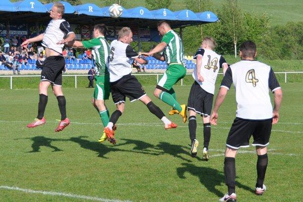 Tvrdošínski futbalisti (v bielych dresoch) sa prezentovali skvelou defenzívou.
