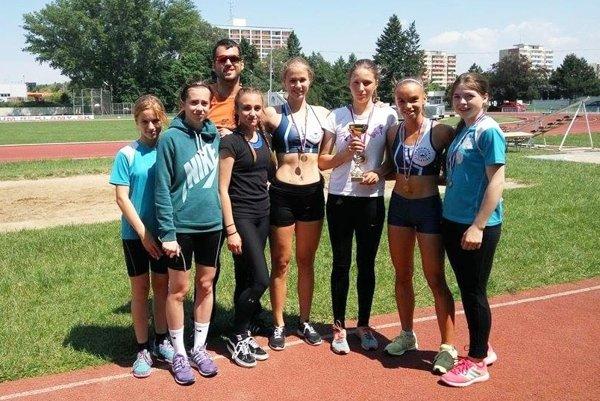 Dievčenskú súťaž družstiev vyhrali žiačky Športového gymnázia. Na snímke časť víťazného tímu.
