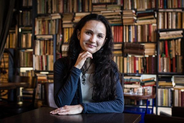 Andrea Černáková (40) študovala na Belgickom lýceu vŽiline, absolvovala Filozofickú fakultu UK, odbor francúzsky aslovenský jazyk. Prekladateľstvu sa venuje príležitostne, no oto viac ju to baví. Žije vRajeckých Tepliciach, odkiaľ aj pochádza.