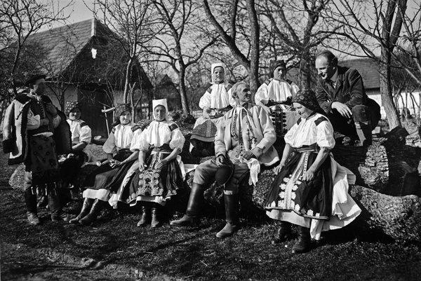 """Karol Plicka S ľudovými umelcami  Moravskom Lieskovom, 1930. """"Čo robil, bolo unikátne. Bol osamelý lovec, všetko mal pod palcom a ľudia mu dôverovali,"""" hovorí jeho syn Ivan Plicka."""
