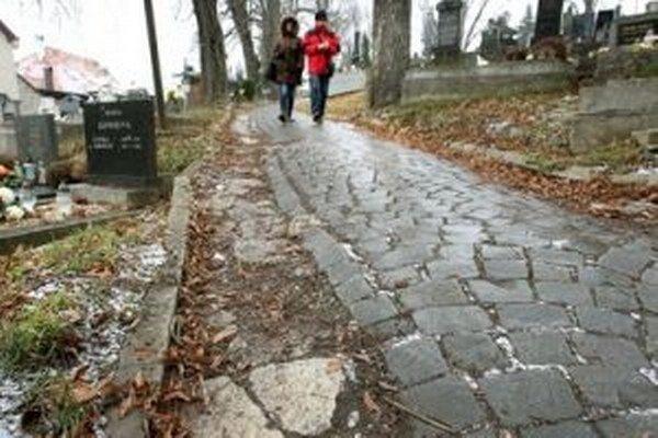 Ľudia žiadajú aj opravu chodníkov.