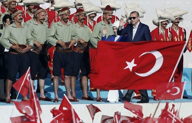 Turecký prezident Recep Tayyip Erdogan s manželkou Emine na oslavách 563. výročia dobytia byzantského Konštantínopola osmanskými Turkami.