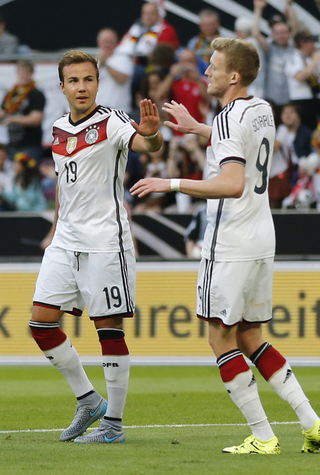 Mario Götze (vľavo) je zázračným chlapcom nemeckého futbalu. medzi najlepších hráčov Nemecka patril aj v dnešnom dueli, z výhry sa však netešil.