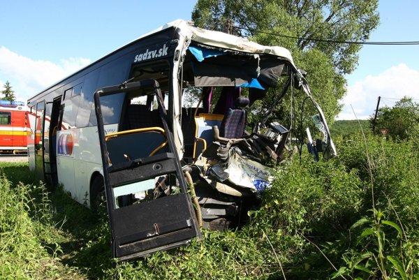 31-ročného zraneného vodiča autobusu previezli vrtuľníkom do nemocnice v Nitre.