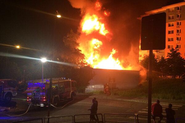 Miesto požiaru na Janotovej ulici v Karlovej Vsi v Bratislave.