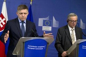 Robert Fico (vľavo) a predseda Európskej komisie Jean-Claude Juncker počas  tlačovej konferencie.