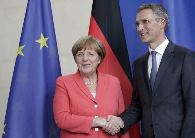 Nemecká kancelárka Angela Merkelová s generálnym tajomníkom NATO Jensom Stoltenbergom.