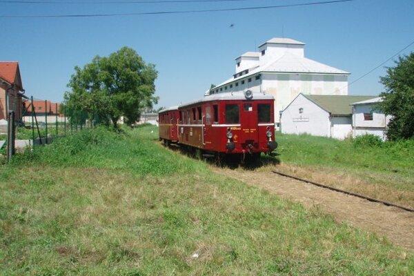 Trať medzi Piešťanmi a Vrbovým roky slúži na jazdy historických vlakov.