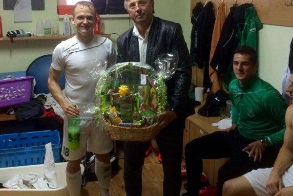 Trénerovi Milošovi Lintnerovi zablahoželal aj hráč Martin Šebek (vľavo).