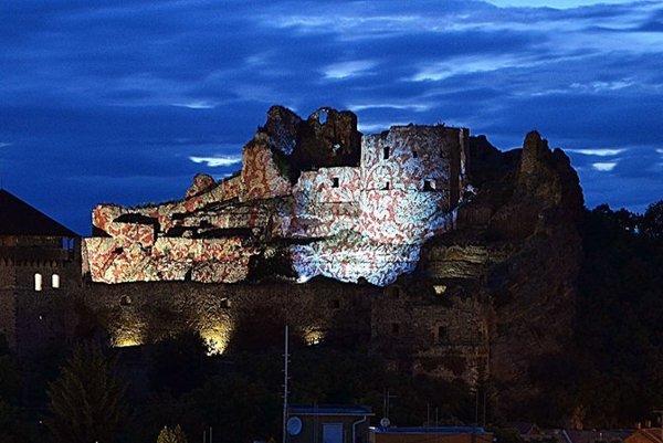 Netradične osvetlený je aj hrad vo Fiľakove.