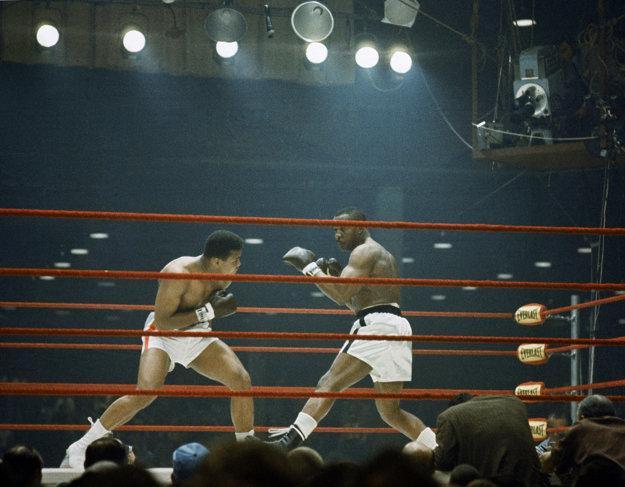 Vľavo Cassius Clay (neskôr známy ako Muhammad Ali) takto bojoval vo februári 1964 v prestížnom súboji so Sonym Listonom.
