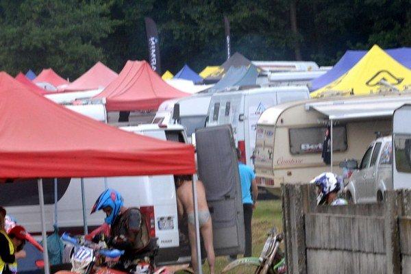 Vedľa futbalového areálu v Cinobani vyrástli stany, zaparkovali karavany.