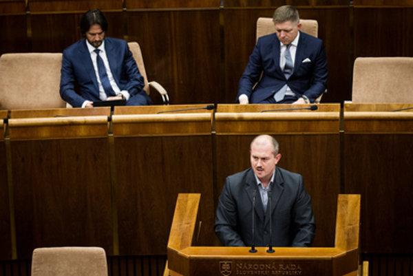 Výsledky volieb Kotlebovu stranu legitimizovali, čo prispieva k jej miernemu stúpaniu.
