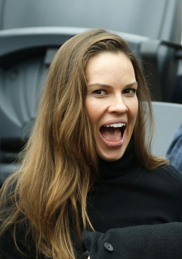 Medzi divákmi v hľadisku nechýba ani americká herečka a producentka Hilary Swanková, známa najmä z Oscarovej snímky Million Dollar Baby (2004).