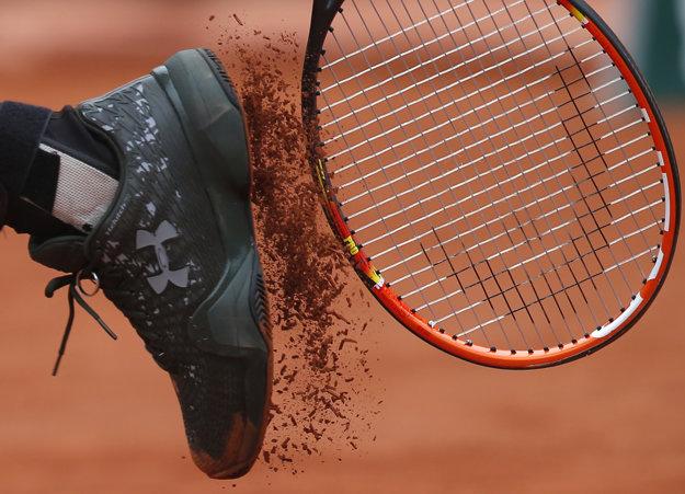 Pekná momentka. Andy Murray si obúchava antuku z podrážky svojej obuvi.