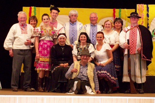 Ján Mičuda (dole v strede) sa do divadla zamiloval.