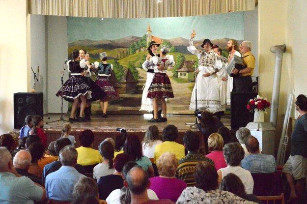 Zaježovskí folkloristi vplnej paráde.