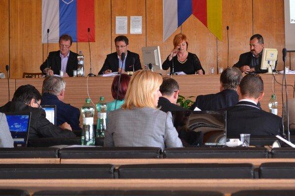 Na aprílovom rokovaní mestského zastupiteľstva.