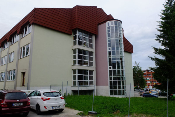 Zvonku vyzerá budova pomerne zachovalo, jej vnútrajšok je však v zlom stave.