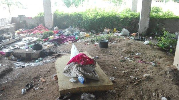 Do okolia sa šíri zápach z nahromadených odpadkov
