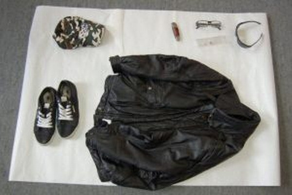 Muž, ktorý lúpil v herniach, mal na hlave kapucňu a slnečné okuliare, čašníčkam sa vyhrážal s nožom.