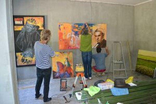 V novom Železničiarskom múzeu v Staškove už stihli v rámci plenéra Maľované pod Grapou inštalovať výstavu obrazov - umeleckých artefaktov šiestich profesionálnych výtvarníkov. Návštevníkom bola k dispozícii šesť týždňov.