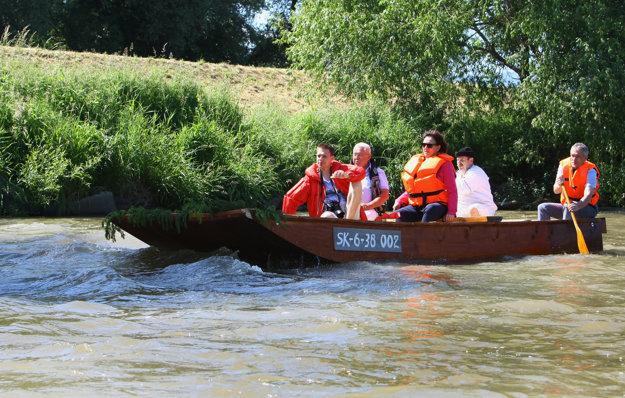 Splav si vyskúšala aj primátorka Zvolena Lenka Balkovičová a primátor Sliača Daniel Dunčko sa chytil aj vesla.
