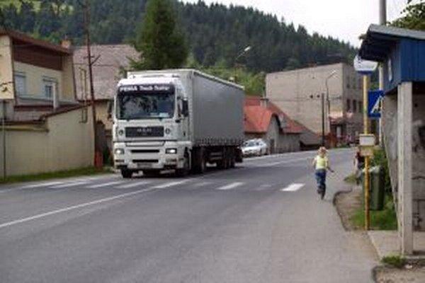 Vo Svrčinovci je celkovo zlá dopravná situácia. Z priemerne 13-tisíc vozidiel denne, ktoré prejdú cez obec, tvoria vyše 40 percent nákladné.