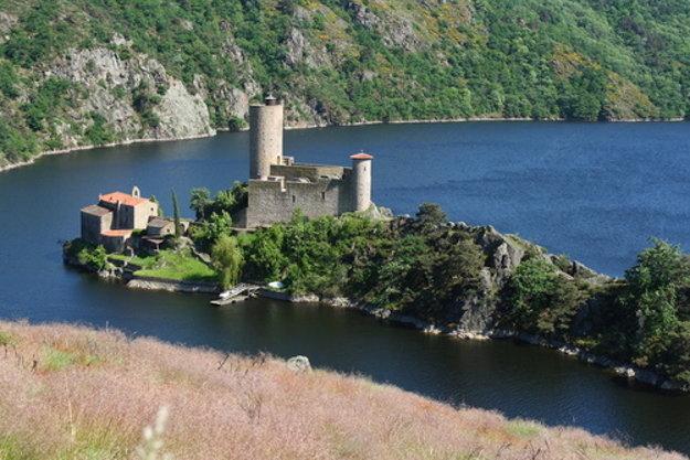 V blízkosti St. Étienne sú na priehradnom jazere na rieke Loira obľúbené vyhliadkové plavby. Jednou z atrakcií je zámok Grangent.