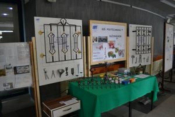 Študenti stredných škôl v pôsobnosti Žilinskej župy prezentujú v priestoroch ŽSK svoje diela na Výstave výrobkov stredných odborných škôl.