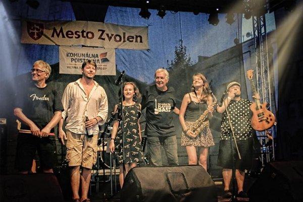 Definivítum (zľava): Jiří Machala (bicie), Ondřej Daniš (spev, klávesové nástroje), Belinda Rašnerová (spev, basová gitara), Marcel Daniš (spev, basová gitara), Michaela Turcerová (alt saxofón), Martin Novák (gitara).