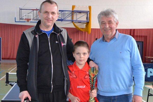 Zľava: Miroslav Goldír (otec), Jakub Goldír a nedeľňajší kouč Peter Hlušek.