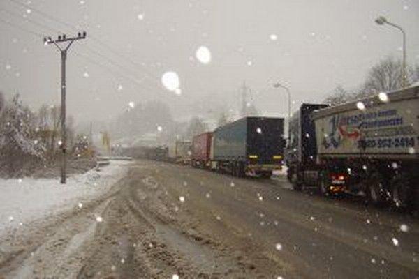 Kamióny sú pre Svrčinovec doslova čiernou morou. Najhoršia situácia býva v zime.
