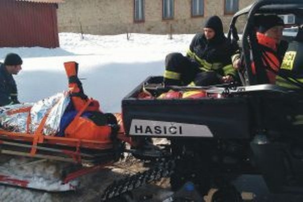 Lyžiara transportovali k vozidlu záchranky hasiči.