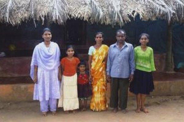 """Rodina dievčatka – """"adoptívnej dcérky"""" Alenky, žije v chatrči bez základného vybavenia. Otec má len príležitostnú prácu a slabý zárobok na zabezpečenie rodiny."""