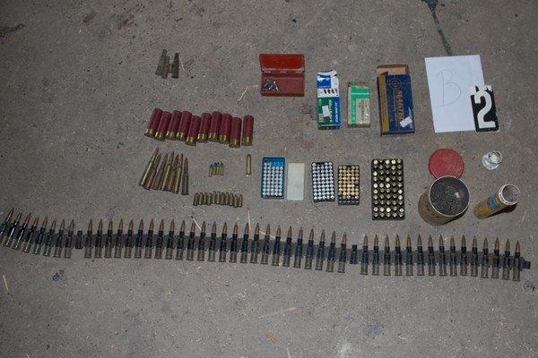 V rodinnom dome polícia zaistila zbrane, náboje aj súčasti na ich výrobu.