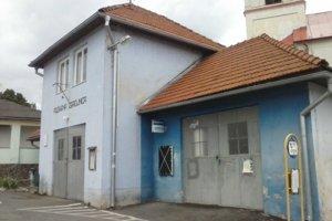 Bankomat sa nachádza v budove bývalej požiarnej zbrojnice.