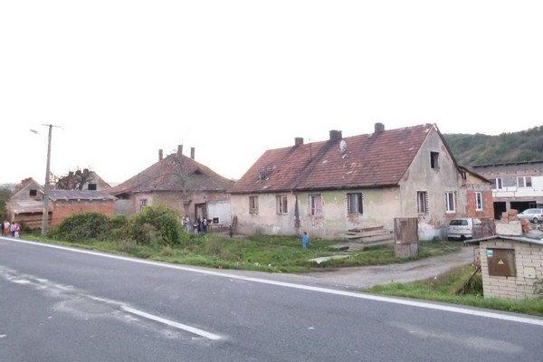 Dievčatko býva v osade Domky pri Kozárovciach.