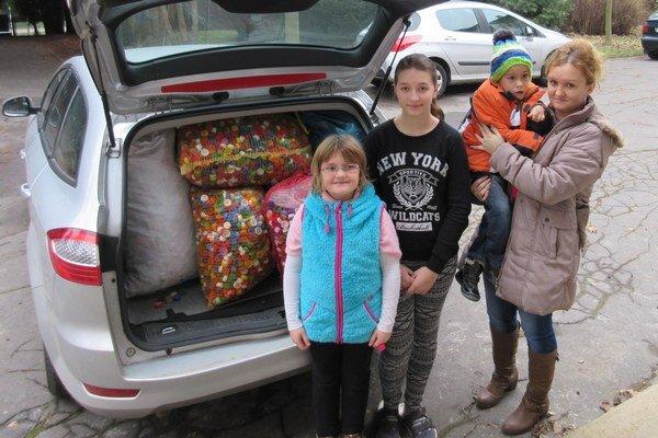 Školáci vyzývajú, aby sa do zbierania vrchnákov zapojili aj ďalší a pomohli tak chlapcovi.