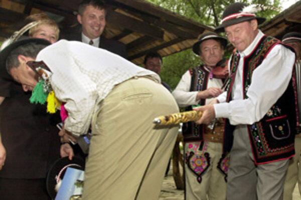 Ako prezident pripravoval svojim hosťom rôzne zážitky. Kuli rýle a sadili stromy. V roku 2003 zase v goralskom kroji pasoval za Gorala amerického veľvyslanca Ronalda Weisera. Valaškou mu uštedril úder po zadku.
