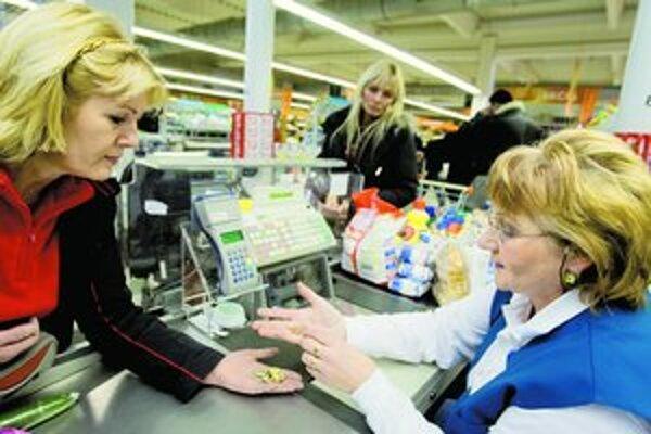 Všetko si treba poriadne prepočítať do posledného centu. Platí to pre pokladníčky aj zákazníkov.